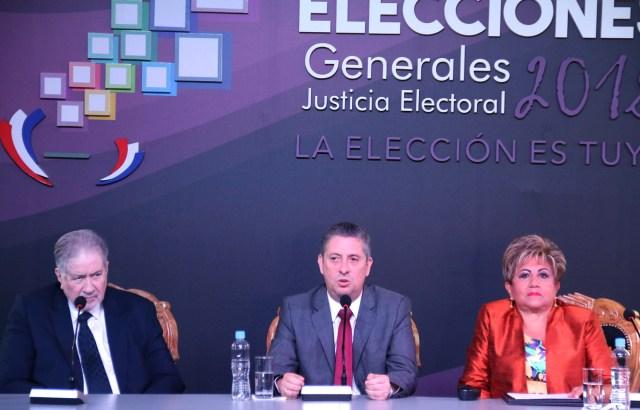 ASU03. ASUNCIÓN (PARAGUAY), 19/04/2018 - El vicepresidente del Tribunal Superior de Justicia Electoral (TSJE), Alberto Ramírez Zambonini (i); el presidente del TSJE, Jaime Bestard (c), y la ministra del TSJE, Elena Wapenka (d), hablan durante el lanzamiento de las misiones electorales hoy, jueves 19 de abril de 2018, en Asunción (Paraguay). El Tribunal Superior de Justicia Electoral (TSJE) ultimó hoy la preparación de los comicios del domingo, en los que se elegirá al nuevo presidente de Paraguay, con la recepción de las misiones de organismos internacionales que seguirán de cerca la marcha de los comicios. EFE/Carlos Pefaur