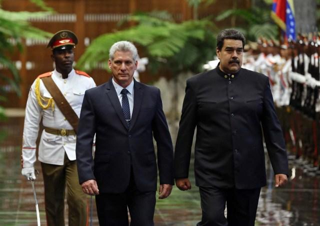 HAB01. LA HABANA (CUBA), 21/04/18.- El presidente de Cuba, Miguel Díaz-Canel (i), y su homólogo de Venezuela, Nicolás Maduro (d), pasan revista a las tropas formadas para la ceremonia oficial de recibimiento hoy, sábado 21 de abril de 2018, en el Palacio de la Revolución de La Habana (Cuba). El nuevo presidente de Cuba, Miguel Díaz-Canel, recibió hoy en el Palacio de la Revolución de La Habana a su homólogo venezolano, Nicolás Maduro, el primer jefe de estado que visita la isla tras el relevo presidencial ocurrido esta semana en el país caribeño. EFE/Alejandro Ernesto