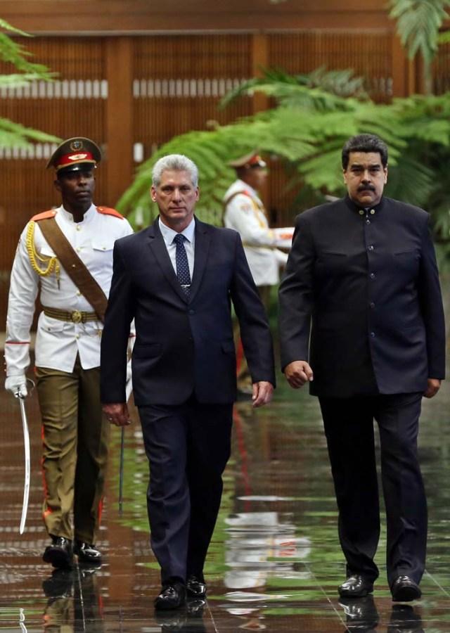 HAB02. LA HABANA (CUBA), 21/04/18.- El presidente de Cuba, Miguel Díaz-Canel (i), y su homólogo de Venezuela, Nicolás Maduro (d), pasan revista a las tropas formadas para la ceremonia oficial de recibimiento hoy, sábado 21 de abril de 2018, en el Palacio de la Revolución de La Habana (Cuba). El nuevo presidente de Cuba, Miguel Díaz-Canel, recibió hoy en el Palacio de la Revolución de La Habana a su homólogo venezolano, Nicolás Maduro, el primer jefe de estado que visita la isla tras el relevo presidencial ocurrido esta semana en el país caribeño. EFE/Alejandro Ernesto