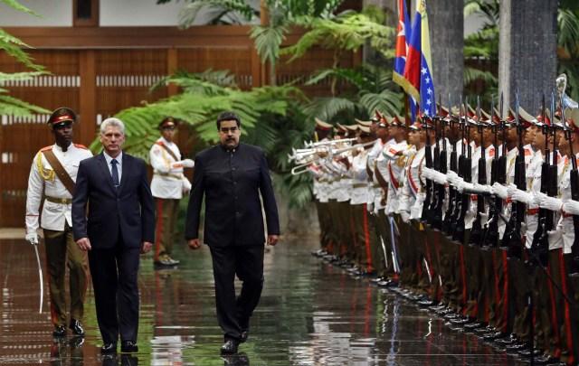 HAB04. LA HABANA (CUBA), 21/04/18.- El presidente de Cuba, Miguel Díaz-Canel (i), y su homólogo de Venezuela, Nicolás Maduro (d), pasan revista a las tropas formadas para la ceremonia oficial de recibimiento hoy, sábado 21 de abril de 2018, en el Palacio de la Revolución de La Habana (Cuba). El nuevo presidente de Cuba, Miguel Díaz-Canel, recibió hoy en el Palacio de la Revolución de La Habana a su homólogo venezolano, Nicolás Maduro, el primer jefe de estado que visita la isla tras el relevo presidencial ocurrido esta semana en el país caribeño. EFE/Alejandro Ernesto
