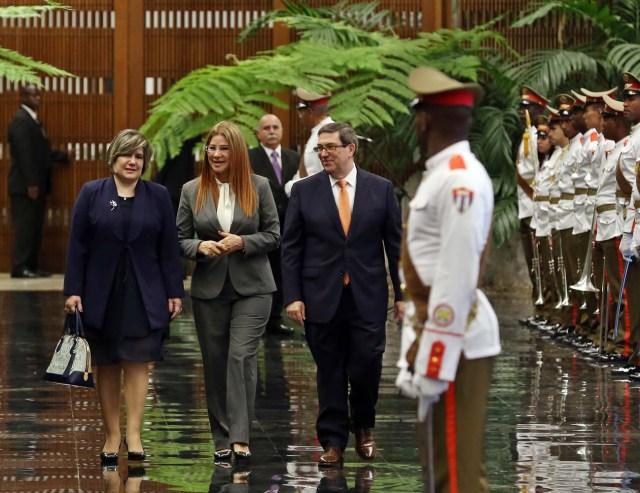 HAB06. LA HABANA (CUBA), 21/04/18.- Lis Cuesta (i), esposa del presidente de Cuba, Miguel Díaz-Canel; la primera dama de Venezuela, Cilia Flores (c); y el canciller cubano, Bruno Rodríguez (d), caminan junto a las tropas formadas para la ceremonia oficial de recibimiento hoy, sábado 21 de abril de 2018, en el Palacio de la Revolución de La Habana (Cuba). El nuevo presidente de Cuba, Miguel Díaz-Canel, recibió hoy en el Palacio de la Revolución de La Habana a su homólogo venezolano, Nicolás Maduro, el primer jefe de estado que visita la isla tras el relevo presidencial ocurrido esta semana en el país caribeño. EFE/Alejandro Ernesto