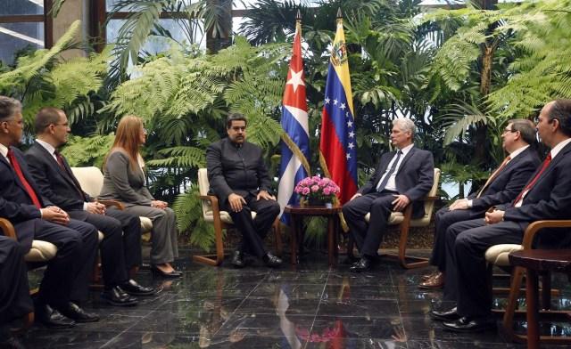 HAB20. LA HABANA (CUBA), 21/04/2018.- El presidente cubano, Miguel Diáz-Canel (c-d), conversa con su homólogo de Venezuela, Nicolás Maduro (c-d), hoy, sábado 21 de abril de 2018, en La Habana (Cuba). Díaz-Canel recibió hoy en el Palacio de la Revolución de La Habana a su homólogo venezolano, Nicolás Maduro, el primer jefe de estado que visita la isla tras el relevo presidencial ocurrido esta semana en el país caribeño. EFE/Ernesto Mastrascusa/POOL