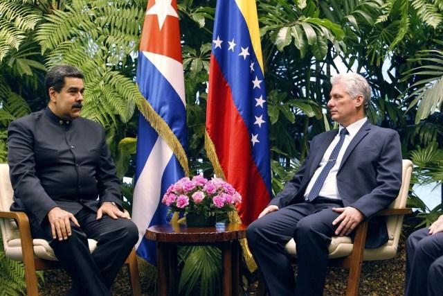 HAB23. LA HABANA (CUBA), 21/04/2018.- El presidente cubano, Miguel Diáz-Canel (d), habla durante las conversaciones oficiales con su homólogo de Venezuela, Nicolás Maduro (i), hoy, sábado 21 de abril de 2018, en La Habana (Cuba). Díaz-Canel recibió hoy en el Palacio de la Revolución de La Habana a su homólogo venezolano, Nicolás Maduro, el primer jefe de estado que visita la isla tras el relevo presidencial ocurrido esta semana en el país caribeño. EFE/Ernesto Mastrascusa/POOL