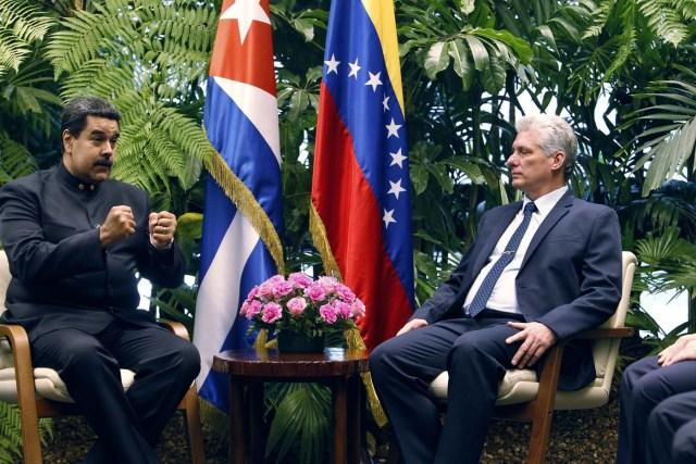 HAB24. LA HABANA (CUBA), 21/04/2018.- El presidente cubano, Miguel Diáz-Canel (d), habla durante las conversaciones oficiales con su homólogo de Venezuela, Nicolás Maduro (i), hoy, sábado 21 de abril de 2018, en La Habana (Cuba). Díaz-Canel recibió hoy en el Palacio de la Revolución de La Habana a su homólogo venezolano, Nicolás Maduro, el primer jefe de estado que visita la isla tras el relevo presidencial ocurrido esta semana en el país caribeño. EFE/Ernesto Mastrascusa/POOL