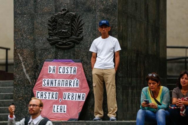CAR11. CARACAS (VENEZUELA), 21/04/2018.- Simpatizantes de la oposición y dirigentes políticos participan en una asamblea convocada por el Frente Amplio Venezuela Libre hoy, sábado 21 de abril de 2018, en Caracas (Venezuela). Los partidos políticos opositores y los líderes civiles del Frente Amplio Venezuela Libre se reunieron hoy en pequeñas asambleas para pedir propuestas sobre cómo luchar contra las elecciones presidenciales del próximo 20 de mayo. EFE/Cristian Hernandez