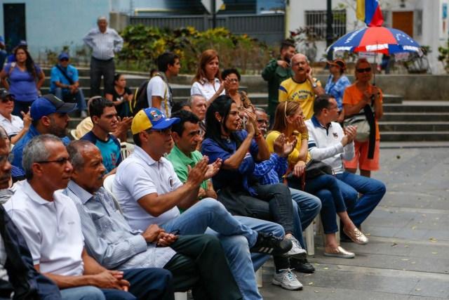 CAR19. CARACAS (VENEZUELA), 21/04/2018.- Simpatizantes de la oposición y dirigentes políticos participan en una asamblea convocada por el Frente Amplio Venezuela Libre hoy, sábado 21 de abril de 2018, en Caracas (Venezuela). Los partidos políticos opositores y los líderes civiles del Frente Amplio Venezuela Libre se reunieron hoy en pequeñas asambleas para pedir propuestas sobre cómo luchar contra las elecciones presidenciales del próximo 20 de mayo. EFE/Cristian Hernandez