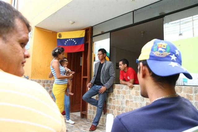 Acompaña crónica PERÚ VENEZUELA - PER12 - LIMA (PERÚ) , 26/4/2018.- fotografía tomada el 25 de abril de 2018, de un grupo de inmigrantes venezolanos que conversan con el empresario textil Renee Cobeña (c) en el interior de la vivienda donde temporalmente residen en uno de los distritos mas populosos de la capital, San Juan de Lurigancho, y que Cobeña alquila para darles albergue, en Lima (Perú). La solidaridad y caridad imperan en el improvisado albergue que un pequeño empresario peruano ha instalado para dar un primer techo a los venezolanos recién llegados a Lima, desde donde intentan comenzar una nueva vida a la que se vieron abocados por la crudeza de la crisis que atraviesa Venezuela. EFE / Ernesto Arias