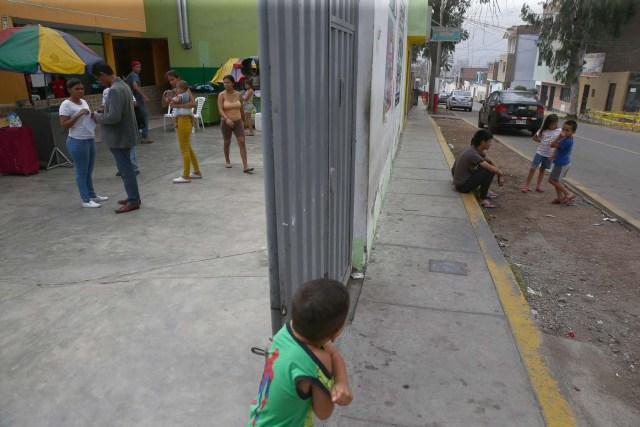 Acompaña crónica PERÚ VENEZUELA - PER12 - LIMA (PERÚ) , 26/4/2018.- Fotografía tomada el 25 de abril de 2018, de un grupo de inmigrantes venezolanos que conversan frente a la vivienda donde temporalmente residen en uno de los distritos mas populosos de la capital, San Juan de Lurigancho, en Lima (Perú). La solidaridad y caridad imperan en el improvisado albergue que un pequeño empresario peruano ha instalado para dar un primer techo a los venezolanos recién llegados a Lima, desde donde intentan comenzar una nueva vida a la que se vieron abocados por la crudeza de la crisis que atraviesa Venezuela. EFE / Ernesto Arias