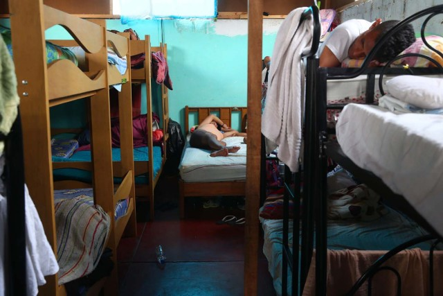 Acompaña crónica PERÚ VENEZUELA - PER12 - LIMA (PERÚ) , 26/4/2018.- Fotografía tomada el 25 de abril de 2018, de un grupo de inmigrantes venezolanos en una habitación de la vivienda donde temporalmente residen, en uno de los distritos mas populosos de la capital, San Juan de Lurigancho, en Lima (Perú). La solidaridad y caridad imperan en el improvisado albergue que un pequeño empresario peruano ha instalado para dar un primer techo a los venezolanos recién llegados a Lima, desde donde intentan comenzar una nueva vida a la que se vieron abocados por la crudeza de la crisis que atraviesa Venezuela. EFE / Ernesto Arias