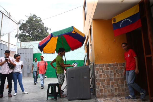 Acompaña crónica PERÚ VENEZUELA - PER12 - LIMA (PERÚ) , 26/4/2018.- Fotografía tomada el 25 de abril de 2018, de un grupo de inmigrantes venezolanos en la vivienda donde temporalmente residen, en uno de los distritos mas populosos de la capital, San Juan de Lurigancho, en Lima (Perú). La solidaridad y caridad imperan en el improvisado albergue que un pequeño empresario peruano ha instalado para dar un primer techo a los venezolanos recién llegados a Lima, desde donde intentan comenzar una nueva vida a la que se vieron abocados por la crudeza de la crisis que atraviesa Venezuela. EFE / Ernesto Arias