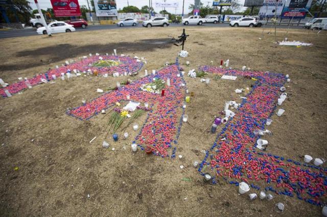 """Vista de la palabra """"PAZ"""" escrita con las bombillas de los Arboles de la Vida, en una rotonda de Managua (Nicaragua) hoy, jueves 26 de abril de 2018. La cifra de muertos a causa de la represión gubernamental durante las manifestaciones contra el presidente Daniel Ortega ascendió a 38 en Nicaragua. EFE/Jorge Torres"""
