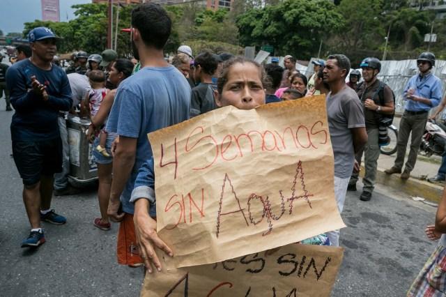 Manifestantes participan en una protesta hoy, viernes 27 de abril de 2018, en Caracas (Venezuela). Los opositores venezolanos se concentran hoy en varios puntos de Caracas y otros estados del país para protestar contra la crisis económica, social y en rechazo a las elecciones presidenciales del 20 de mayo, que consideran un fraude, atendiendo a la convocatoria del Frente Amplio Venezuela Libre. EFE/Miguel Gutiérrez