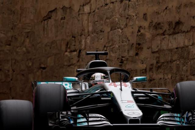 Un pinchazo de Bottas cuando lideraba la carrera, en una prueba relanzada por el accidente entre los dos Red Bull, el holandés Max Verstappen y el australiano Daniel Ricciardo, puso la victoria en la bandeja para Hamilton, la número 63 de su carrera y la primera de esta temporada 2018 | FOTO: EFE