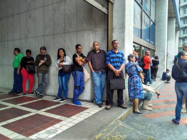 Muchas entidades bancarias no comenzaron a laborar por falta de personal, los cuales llegaron tarde a sus puestos de trabajo debido a los problemas de transporte en la capital | Foto: La Patilla