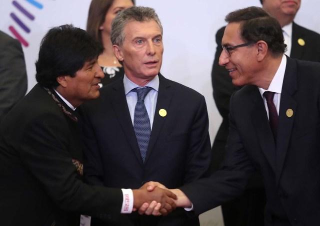Los presidentes Evo Morales (i), de Bolivia, Mauricio Macri (c), de Argentina, y Martín Vizcarra (d), de Perú, participan en las fotos oficiales de la VIII Cumbre de las Américas hoy, sábado 14 de abril de 2018, en el Centro de Convenciones de Lima (Perú). EFE/Ernesto Arias