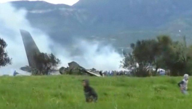 Un avión militar argelino es visto después de estrellarse cerca de un aeropuerto en las afueras de la capital, Argel, Argelia, el 11 de abril de 2018 en esta imagen fija tomada de un video. ENNAHAR TV / a través de REUTERS. ESTA IMAGEN HA SIDO SUMINISTRADA POR UN TERCERO. NO VENTAS COMERCIALES O EDITORIALES EN ARGELIA.