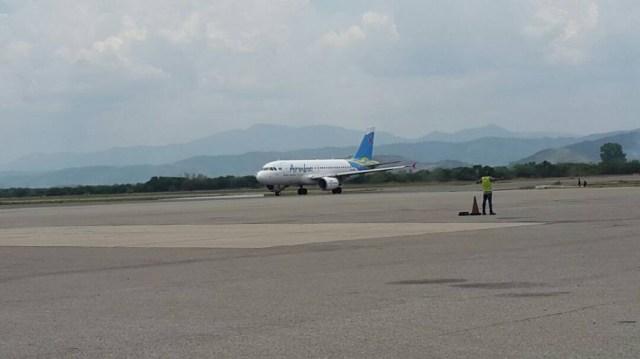 El avión de Aruba Airlines en la pista del aeropuerto Arturo Michelena de la ciudad de Valencia, Venezuela, el 09 de Abril de 2018 / Crédito de la foto: Tibisay Romero