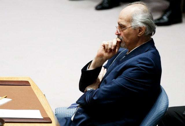 JLX01. NUEVA YORK (NY, EE.UU.), 09/04/2018. El embajador de Siria ante las Naciones Unidas, Bashar al-Ja'afari, escucha mientras el representante permanente del Rusia ante las ONU, Vassily Nebenzia, habla durante una reunión de emergencia del Consejo de Seguridad de las Naciones Unidas hoy, lunes 9 de abril de 2018, en respuesta a un presunto ataque con armas químicas en Siria, en la sede de las Naciones Unidas en Nueva York, Nueva York (EE.UU.). El presunto ataque químico tuvo lugar durante el fin de semana en el suburbio de Duma en Damasco, matando al menos a 49 personas. EFE/Justin Lane