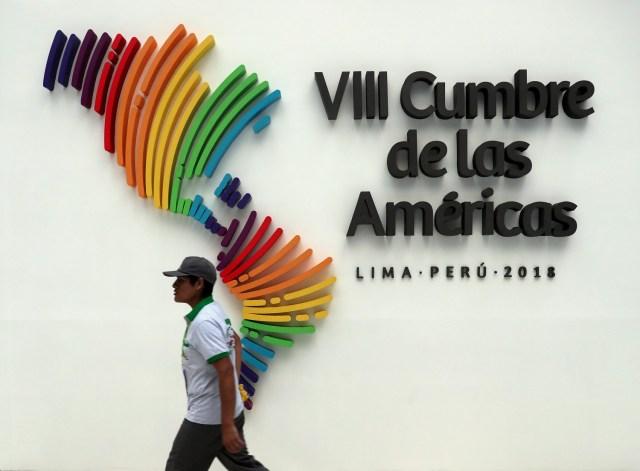 Un hombre camina junto a un logo de la Cumbre de las Américas en el centro de convenciones que albergó el encuentro en Lima. 14 de abril 2018. REUTERS/Marcos Brindicci