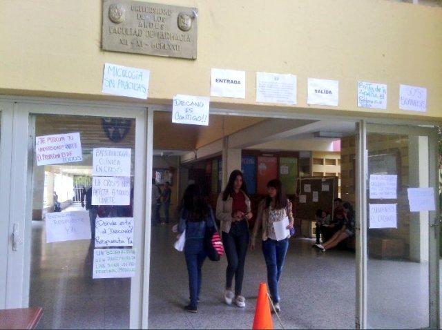 Foto: Carrera de bioanálisis en el ULA podría cerrar por la escasez de insumos  / Jesús Quintero