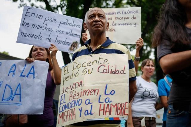 Manifestantes participan en una protesta hoy, viernes 27 de abril de 2018, en Caracas (Venezuela). Los opositores venezolanos se concentran hoy en varios puntos de Caracas y otros estados del país para protestar contra la crisis económica, social y en rechazo a las elecciones presidenciales del 20 de mayo, que consideran un fraude, atendiendo a la convocatoria del Frente Amplio Venezuela Libre. EFE/Cristian Hernández