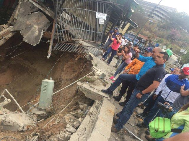 Héctor Rodríguez hizo presencia en La Guairita para atender la problemática   Foto: Captura de las redes sociales (@FrancisHerr3ra)