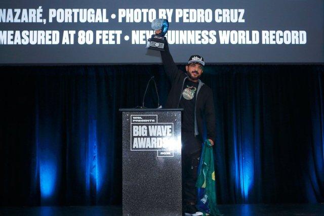 El brasileño de 38 años, originario de Sao Paulo, se adjudicó el récord mundial al domar un monstruo de agua de una altura estimada en 24,38 metros | Foto: @SurfLine