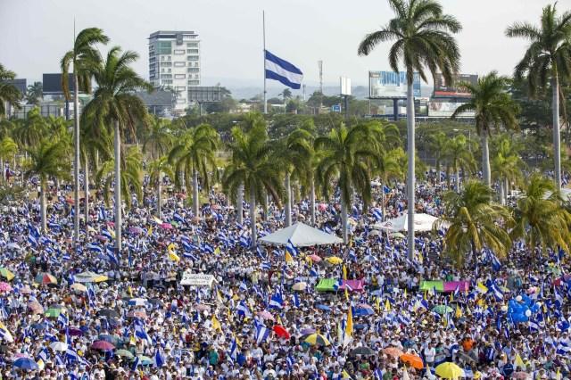 Miles de personas protestan durante una marcha en demanda de justicia para los jóvenes que fueron asesinados en las pasadas manifestaciones en Managua (Nicaragua). EFE/Jorge Torres