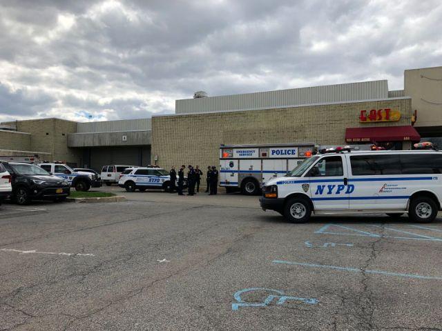 Foto: El pánico y el caos estallaron en el centro comercial Staten Island. No se cree que se hayan disparado, según una fuente policial. La policía está tratando de descubrir qué provocó este pánico / silive.com