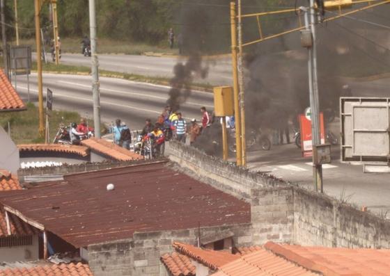 Foto: Queman cauchos en Mérida por falta de agua / Leonardo León