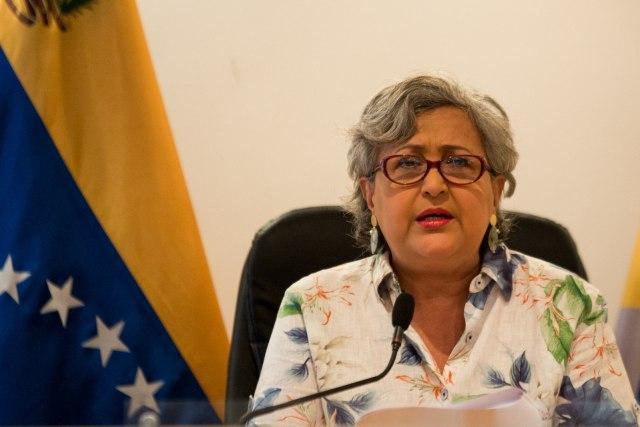 """CAR02. CARACAS (VENEZUELA), 12/04/2018.- La presidenta del Consejo Nacional Electoral (CNE) Tibisay Lucena (c) habla durante una rueda de prensa hoy, jueves 12 de abril de 2018, en Caracas (Venezuela). La presidenta del Consejo Nacional Electoral (CNE) de Venezuela, Tibisay Lucena, recordó hoy que """"desestimular"""" el voto es sancionable según la ley electoral del país y aseguró que lo acordado por los candidatos en las presidenciales en el país se está cumpliendo. EFE/Cristian Hernández"""