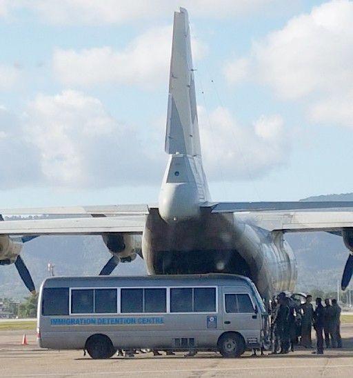 Un avión militar en el Aeropuerto Internacional Piarco esperando para llevar a los inmigrantes venezolanos a su tierra natal ayer. IMAGEN MINISTERIO DE SEGURIDAD NACIONAL