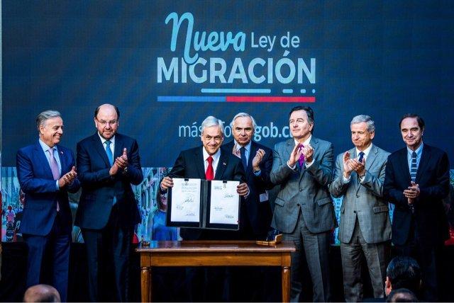 Foto: Sebatian Piñera firma la nueva ley de migración de Chile / @Minrel_Chile