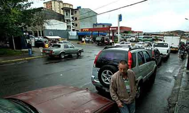 odas las estaciones de combustible, cerradas o abiertas, estuvieron congestionadas. (Foto/Omar Hernández)