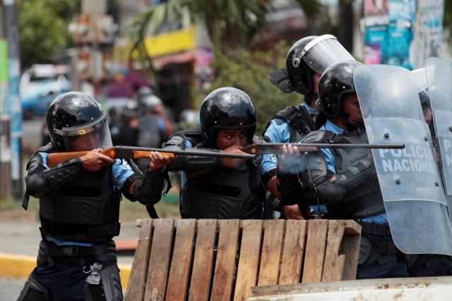 Policías disparan a las personas que protestan contra un polémico plan de reforma de pensiones en Managua, Nicaragua. 20 abril 2018. REUTERS/Oswaldo Rivas
