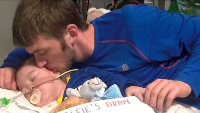 El bebé Alfie Evans junto a su padre. Infobae
