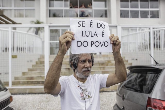 Foto: Manifestantes ocupan el apartamento por el que Lula fue condenado a prisión / Mídia NINJA - Twitter