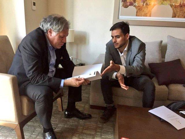El diputado Armando Armas junto al secretario general de la OEA, Luis Almagro. @VuluntadPopular