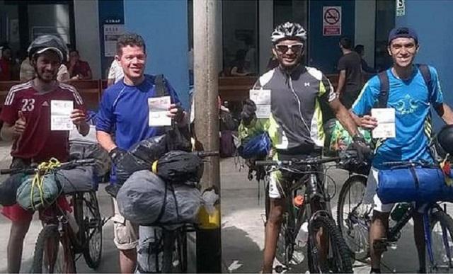 Los cuatros ciclistos venezolanos al llegar a Perú // Foto @SegoviaBastidas