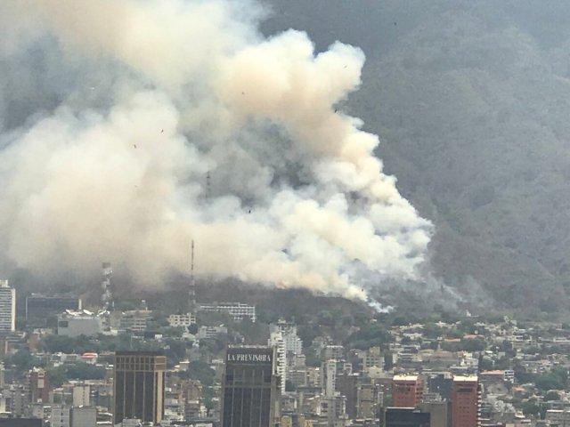 Foto: Reportan fuerte incendio en El Ávila / Cortesía
