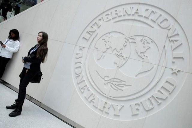 En la imagen de archivo el logo del Fondo Monetario Internacional (FMI) se puede ver en el edificio de la sede del FMI durante las reuniones anuales del FMI / Banco Mundial en Washington, EE.UU., 14 de octubre de 2017. REUTERS / Yuri Gripas