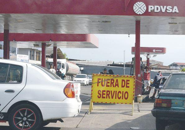 """""""Este estado es castigado y por eso no hay gasolina"""" dijo Juan Sánchez, mientras hacía la larga cola en la que dijo había invertido toda la mañana (Foto extraída de La Nación Web)"""