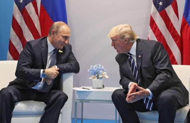Ha3 HAMBURGO (ALEMANIA) 07/07/2017.- El presidente ruso, Vladímir Putin, conversa con el presidente estadounidense, Donald J. Trump (d), durante una reunión bilateral en el ámbito de la cumbre de líderes de estado y gobierno del G20, en Hamburgo (Alemania) hoy, 7 de julio de 2017. EFE/MICHAEL KLIMENTYEV / SPUTNIK / KREMLIN POOL/ CRÉDITO OBLIGATORIO