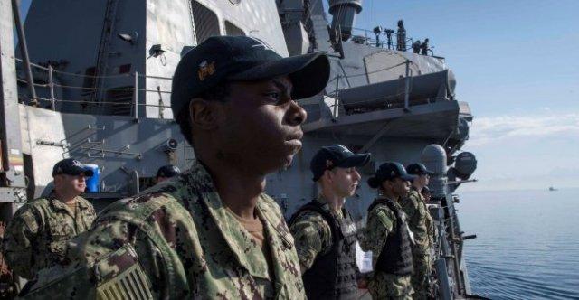 Soldados de la Marina de EE. UU. a bordo del barco de misiles guiados Arleigh Burke USS Donald Cook parten de Larnaca, Chipre, el 9 de abril de 2018. Foto: Marina de EE. UU. / Reuters