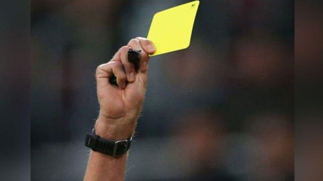 Un árbitro sostiene una tarjeta amarilla (Imagen referencial)