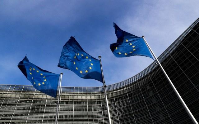 Banderas de la Unión Europea ondean fuera de la sede de la Comisión de la UE en Bruselas, Bélgica (Foto Reuters)