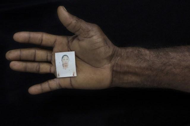 """""""Mi mundo me ha sido arrebatado"""", dice Array mientras sostiene una foto de su esposa"""
