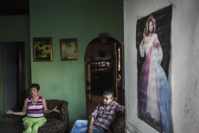 Moravia Vicuña, arriba a la izquierda, y su hermana Carmen empeñaron su cama y televisión para pagar un paquete de las pastillas que toma Moravia Vicuña. FOTO: OSCAR B. CASTILLO / WALL STREET JOURNAL