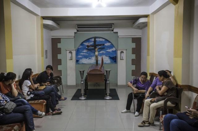 Personas en el funeral de la Sra. Martínez en su ciudad natal. FOTO: OSCAR B. CASTILLO / COLECTIVAS DE FRACTURAS PARA EL WALL STREET JOURNAL-