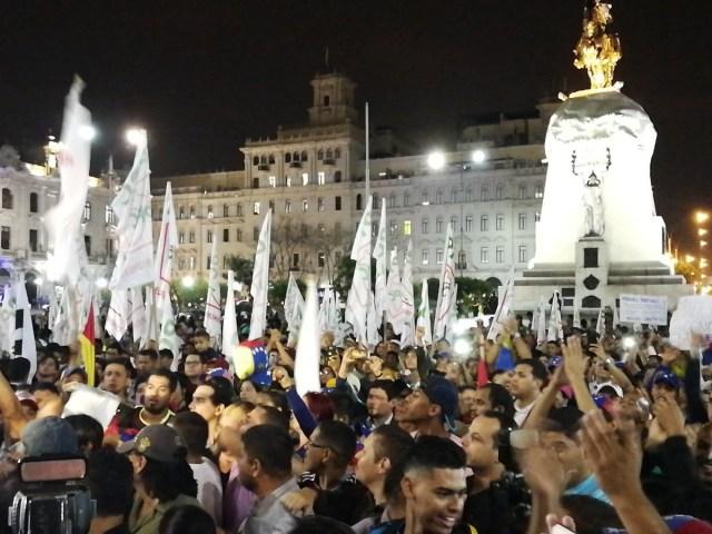 Venezolanos fueron a la Plaza San Martín en Lima, Perú, para exigir la renuncia de Maduro // Foto @amigoperu76